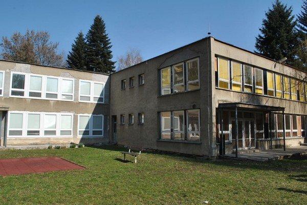 Ľavá časť budovy je urobená, pravá nie.