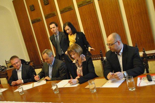 Podpis memoranda a zmluvy. Jeho aktérmi boli zástupcovia VSD, mesta a firmy Prešov Real.