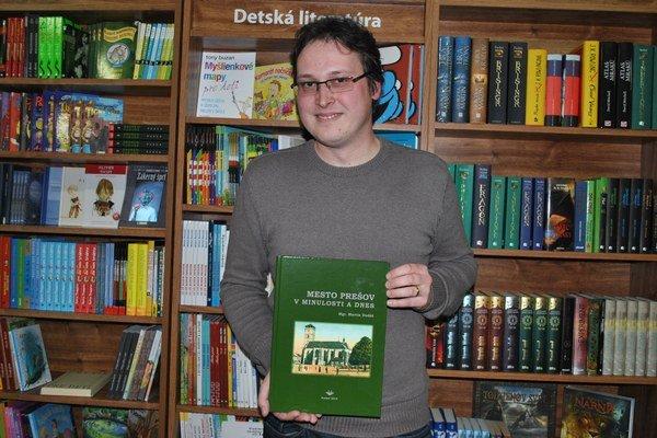 Martin Dudáš so svojou knihou.