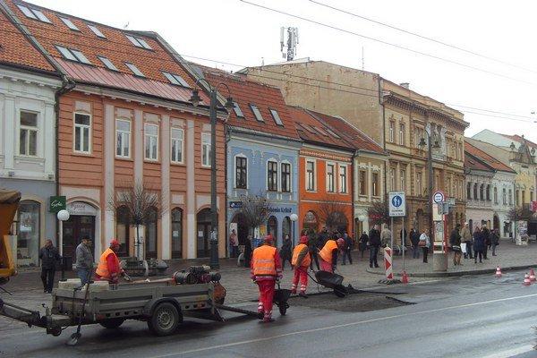 Oprava výtlkov. Na Hlavnej už práce ukončili, pokračujú na Čapajevovej.