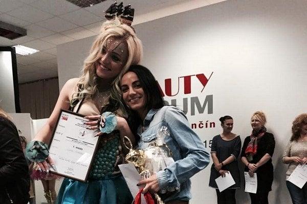 Lenka Fedušová (vpravo) so svojou modelkou Veronikou Leškovou.