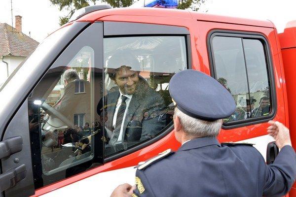 Slávnostné odovzdanie hasičského vozidla pre dobrovoľný hasičský zbor za účasti podpredsedu vlády a ministra vnútra SR Roberta Kaliňáka.