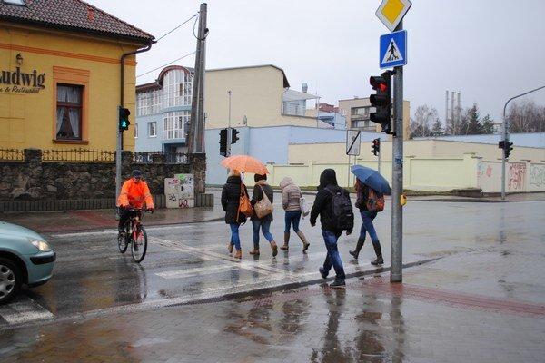 Priechod pre chodcov. Mladí prvky nenosia, cyklisti áno.