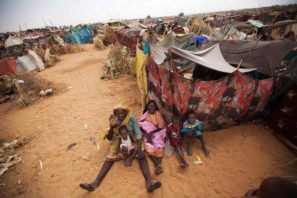 Sudánky s deťmi v utečeneckom tábore v severnom Darfúre.