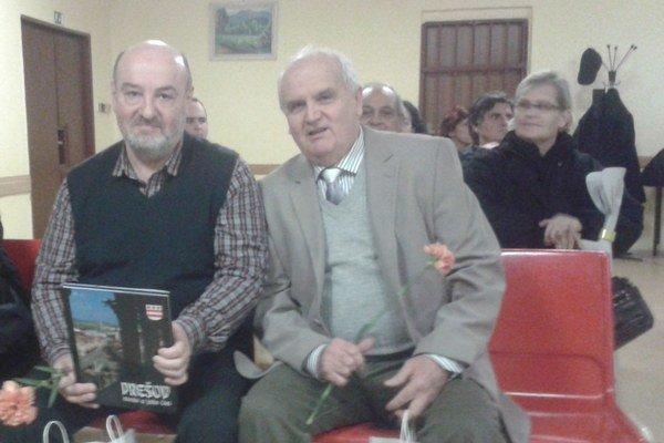 Dušan Peterec a Ján Čech (vpravo). Knihy venovali starousadlíkom aj mladým.