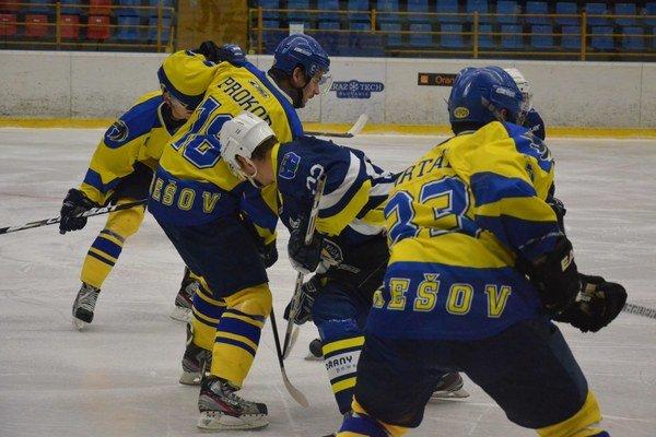 Neobstáli. Prešovskí hokejisti v Trnave dva razy prehrali.
