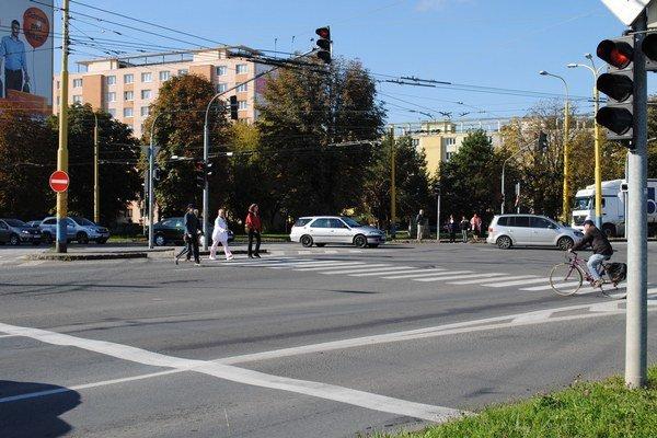Križovatka Levočská - Obrancov mieru. Priechody pre chodcov, ktorí prichádzajú z troch ulíc, tam už nebudú.