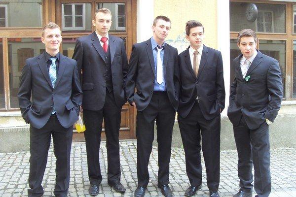 Maturanti. Študenti zo Strednej odbornej školy obchodu a služieb.