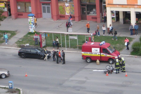 Nehoda. Motocykel sa zrazil s autom.