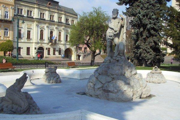 Neptúnova fontána. Zatiaľ je bez vody, napustia ju 17. apríla.