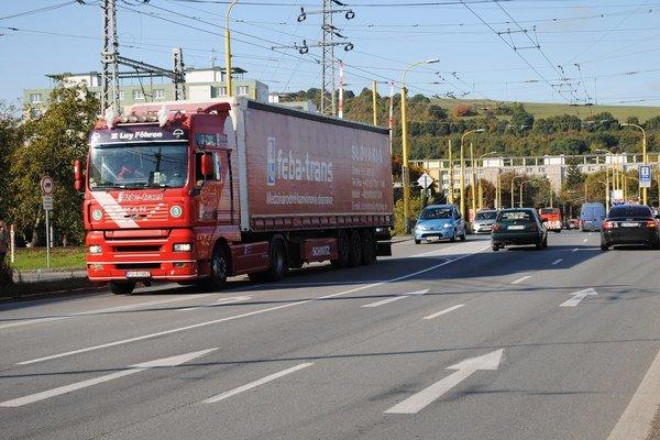 Levočská ulica. Hustá doprava komplikuje vodičom aj obyvateľom obytných domov život.