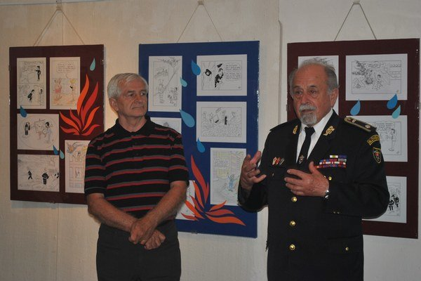 Priatelia. Autor s kurátorom výstavy Blahoslavom Lazoríkom (vľavo).