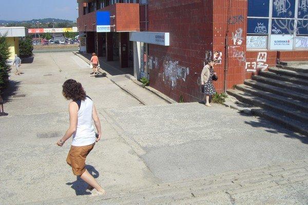 Opál. Na chodníkoch už nie je po asfalte ani stopa.