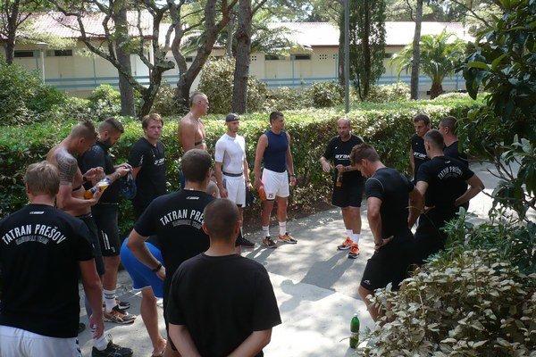 Tréner s hráčmi. P. Dávid dával pokyny pred jedným z tréningov na sústredení v Chorvátsku.