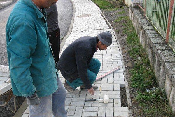 Dlažba. Vynovili chodníky na Čergovskej aj Záhradnej ulici.