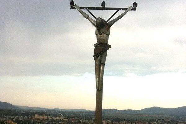Socha nad Prešovom. Váži okolo sto kíl a je uviazaná na starom elektrickom stĺpe.
