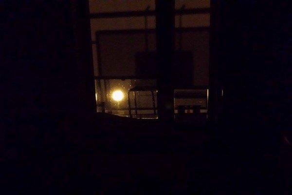 Pod lampou. Osvetlenie považujú miestni za nedostatočné.