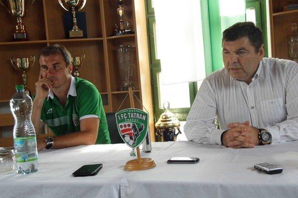 Pevná pozícia. Majiteľ Tatrana Miroslav Remeta (vpravo) zatiaľ dôveruje trénerovi Stanislavovi Vargovi (vľavo) a jeho zverencom.