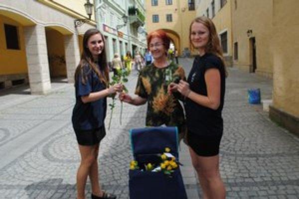 Rozdávali ruže. Od Ľ. Slávikovej (vľavo) a D. Výrostkovej dostala ružu aj M. Ševčíková.