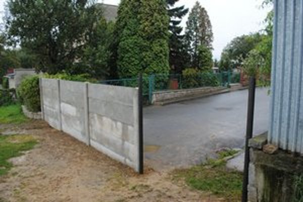 Problematická pôvodná zábrana. Poslanci chcú bránu zatvorenú, záhradkári prístupnú.