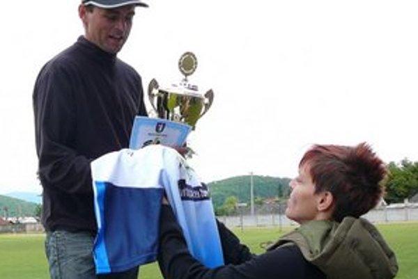 Jedna z dvojičiek slovenských olympioničiek Velďákových blahoželá najlepšiemu medzi mužmi  na 15. PHS Adriánovi Vavrekovi.