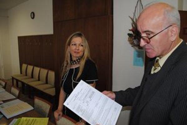 Na úrade. Riaditeľ Cuper s pracovníčkou ŠÚ SR Jaroslavou Petričovou.