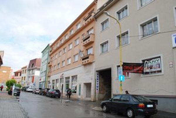 CVČ Laura. Pôsobia v tomto objekte na Jarkovej ulici a ešte donedávna mali v oknách výzdobu.