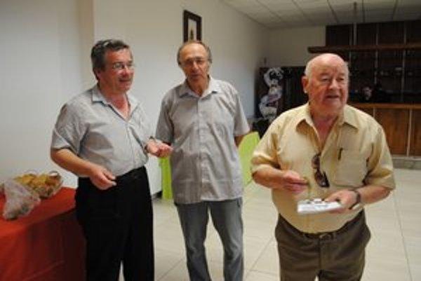 Krst novej knihy. Zľava Jacoš, Petruš a kmotor Kubečko.