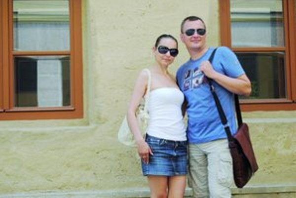 Pri Caraffovej väznici. Jano Štovka s manželkou.