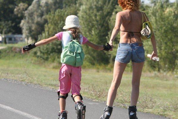 Korčuliari. Pohybujú sa po cyklistických chodníkoch neraz s hlasnou hudbou v ušiach.