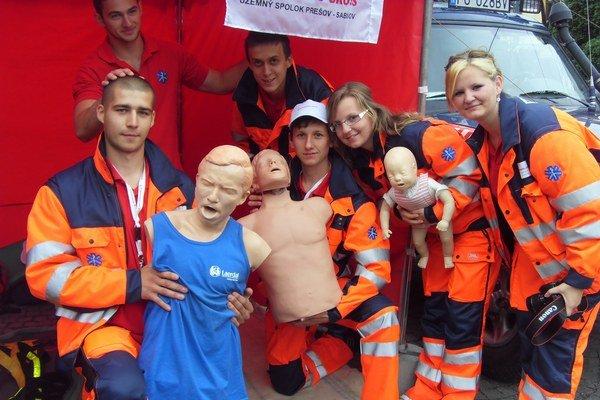Záchranári. Ukazovali ako správne poskytnúť prvú pomoc.