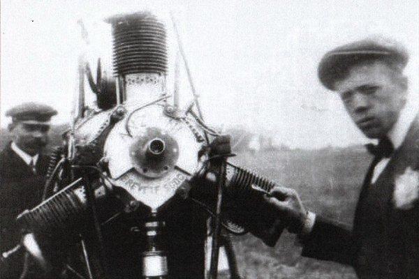 Andrej Kvas (vpravo). Takýmto motorom vybavil svoje prvé dve lietadlá.