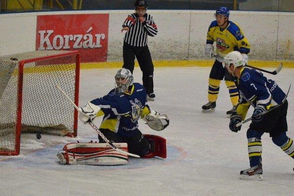 Prvý gól. Brankár Spišiakov Pavol Smik pustil za svoj chrbát len jeden gól (na snímke). Potom už padali góly len do prešovskej brány.