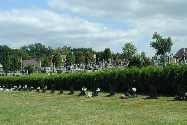 Cintorín. Vytvorili sektor pre tzv. americké pochovávanie.