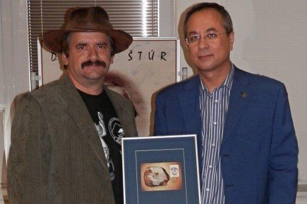 Na slávnosti. D. Demčák (vľavo) a riaditeľ geologického ústavu B. Žec.