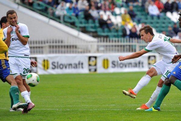 Pri streľbe. Dolný (druhý sprava) to neraz skúšal  aj proti  Košiciam, presadil sa však  až z penalty.
