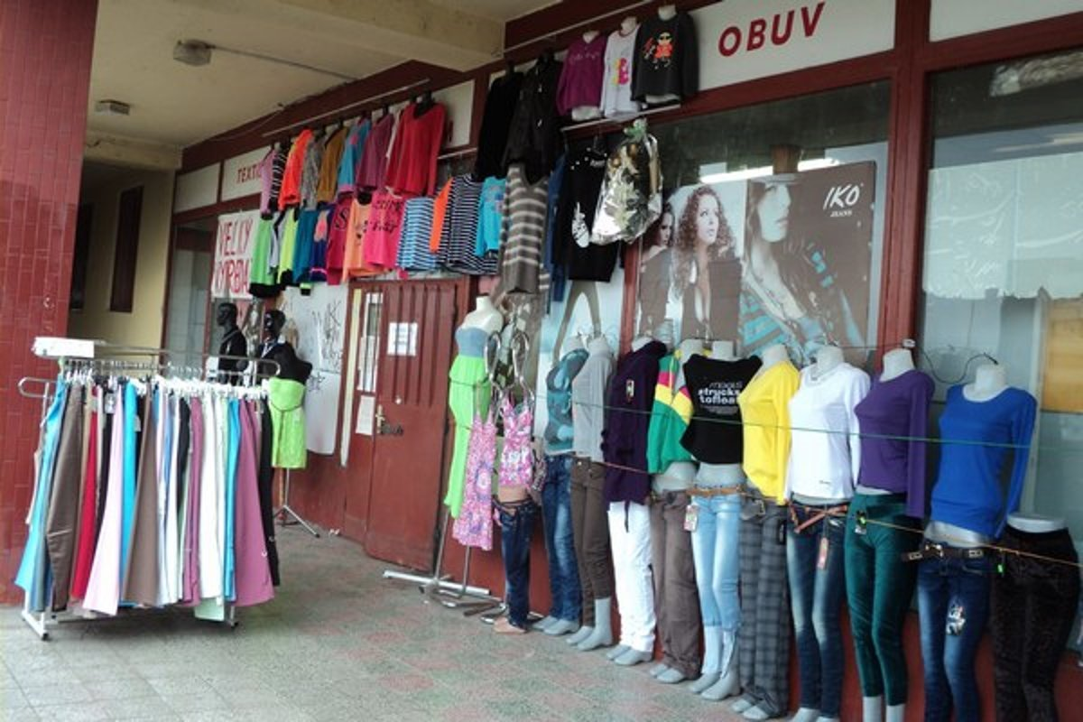 e835c1e3601b Vystavujú aj vonku. Mnohé čínske obchody lákajú na nákup tovarom vonku.