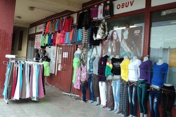 Vystavujú aj vonku. Mnohé čínske obchody lákajú na nákup tovarom vonku.