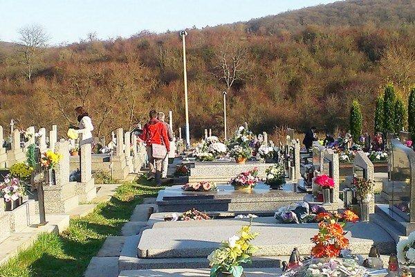 Hroby v týchto dňoch hýria farbami a sviečkami.
