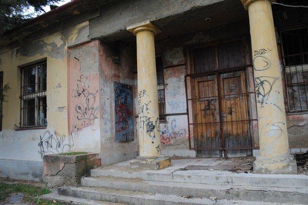 Bývalá škola. Po rokoch devastácie je v havarijnom stave.