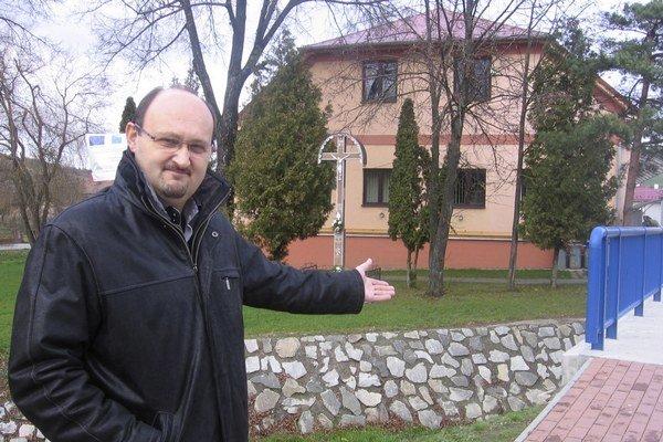 Starosta obce Sedlice Imrich Krajňák v zrevitalizovanom centre, kde sa vďaka eurofondom podarilo opraviť aj most cez miestny potok.