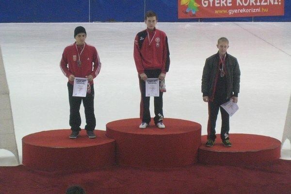 Prešovskí medailisti. Junior F. Kažimír na stupni najvyššom, J. Pavlík skončil tretí.