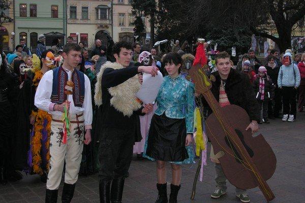 Fašiangy. Sprievod a pochovávanie basy býva každý rok aj v Prešove.