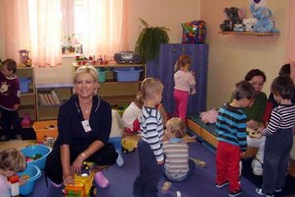 Deti z MŠ Budovateľská. Užijú si vynovené sociálne zariadenia aj džíp na dvore.