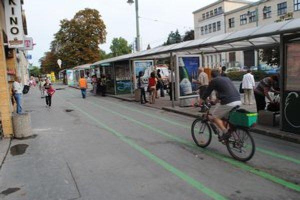 Masarykova ulica. Cyklisti a chodci na jednom mieste.
