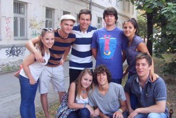 Absolventi Gymnázia na Konštantínovej ulici. Prišli pozdraviť študentov aj učiteľov a zaspomínať si.