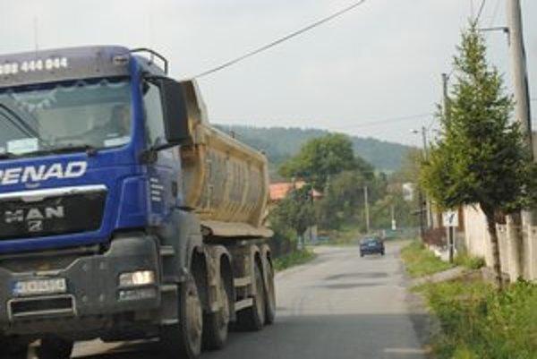 Nákladné autá. Ich denné prechádzanie cez obec znervózňuje Hrabkovčanov.