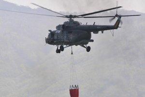 Dosluhujúce ruské vrtuľníky MI-17 využíva armáda na prepravu aj hasenie.