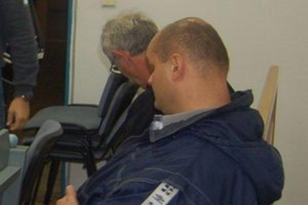 Otec a syn Adamčovci. Svedčili v prospech obžalovaného advokáta.
