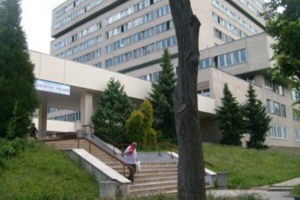 Fakultná nemocnica. Chirurgovia sa pokúsia zvýšiť počet operácií endoprotéz.